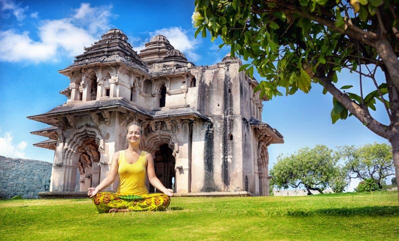 Йога около лотоса Mahal в Hampi стоковое изображение
