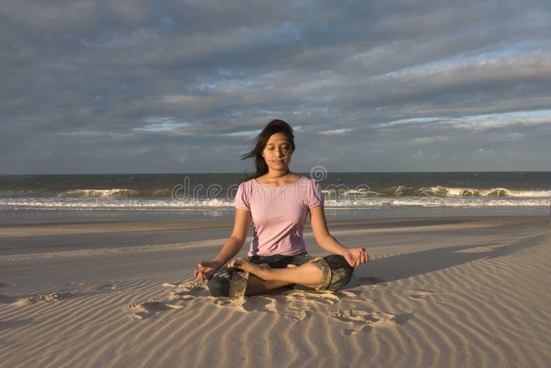 йога пляжа meditating стоковая фотография rf
