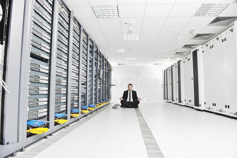 Йога практики бизнесмена на комнате сервера сети