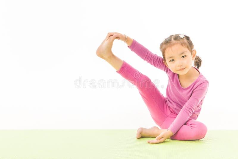 Йога практики маленькой девочки стоковые изображения