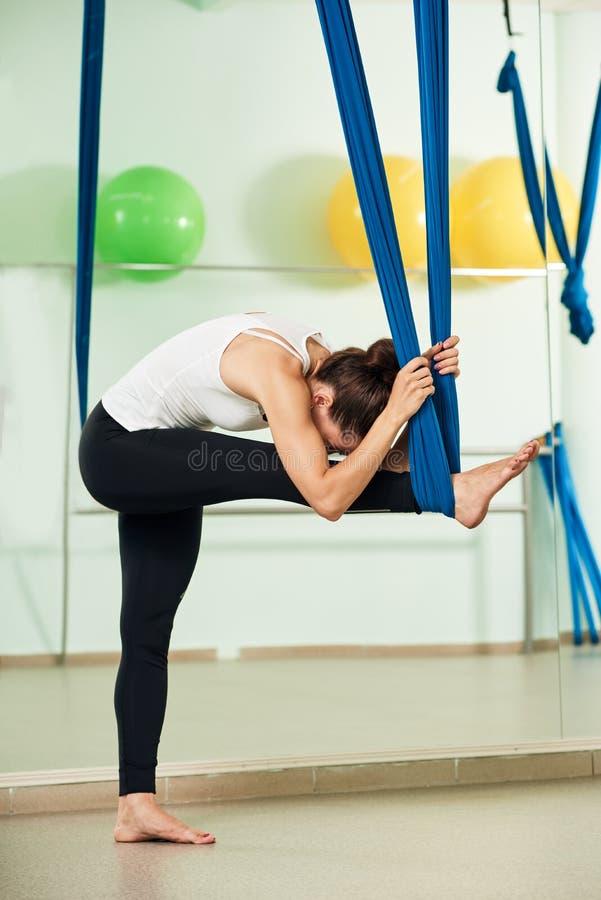 Йога протягивая тренировки стоковая фотография