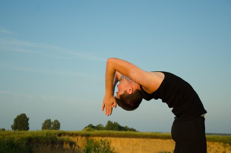 Йога: Прочность, сработанность и безмятежность стоковые фотографии rf