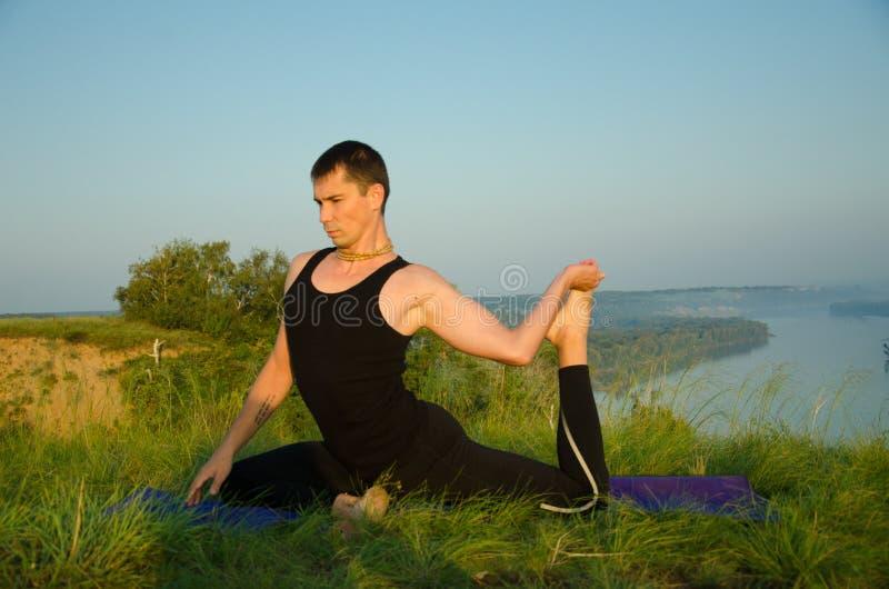 Йога: Прочность, сработанность и безмятежность стоковое изображение rf