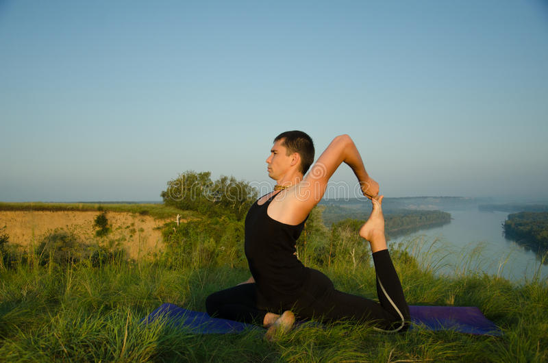 Йога: Прочность, сработанность и безмятежность стоковая фотография