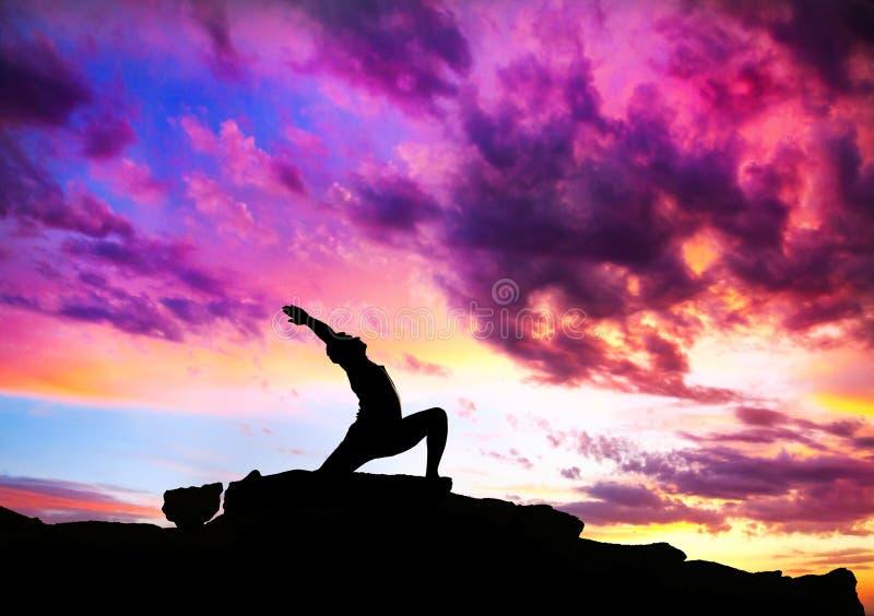йога ратника virabhadrasana представления стоковое изображение