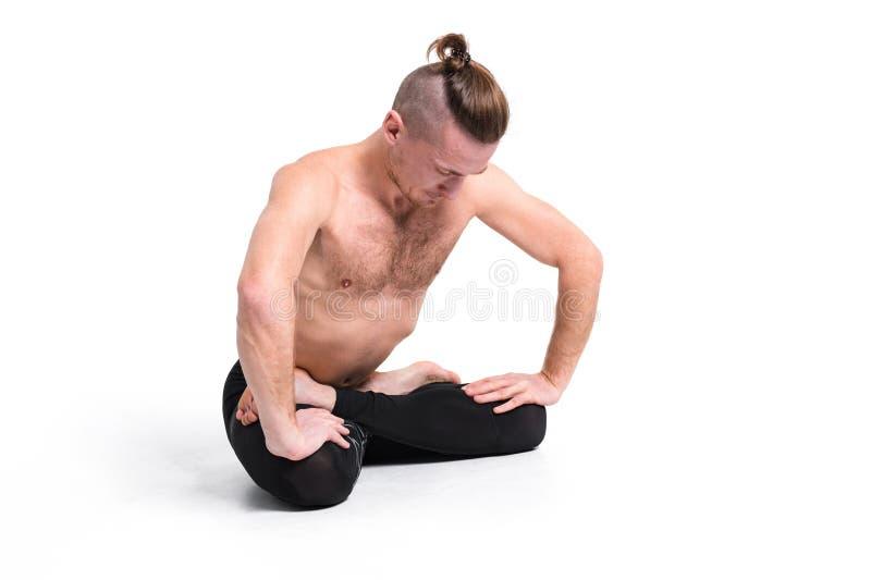 Йога сильного человека практикуя делая дышать работает против whi стоковое изображение