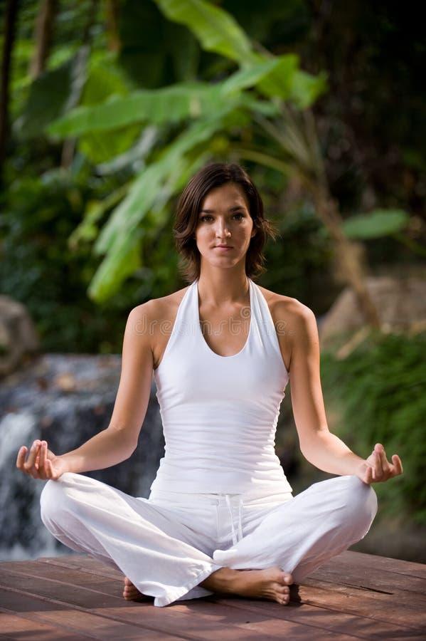 Йога снаружи стоковое фото rf
