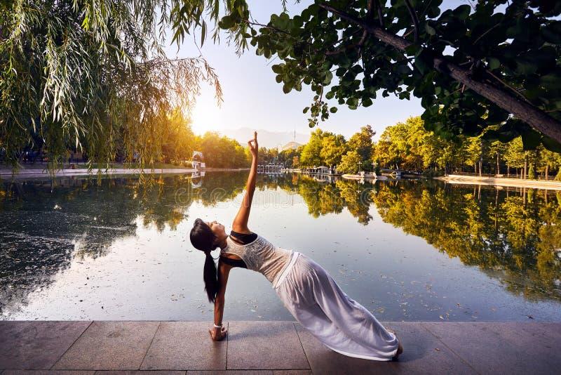 Download йога темы спорта съемки парка кобры напольная Стоковое Фото - изображение насчитывающей пригонка, природа: 108996440