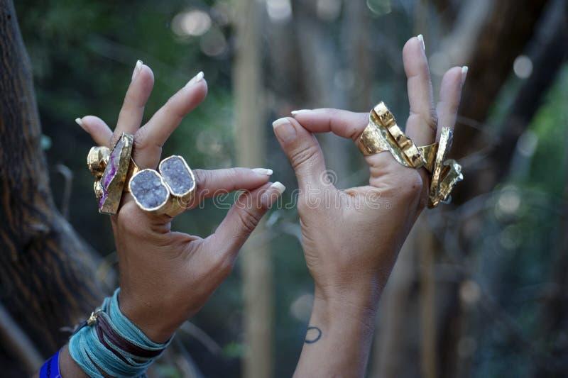 Йога Mudra рук Кристл женщины силы стоковые изображения rf