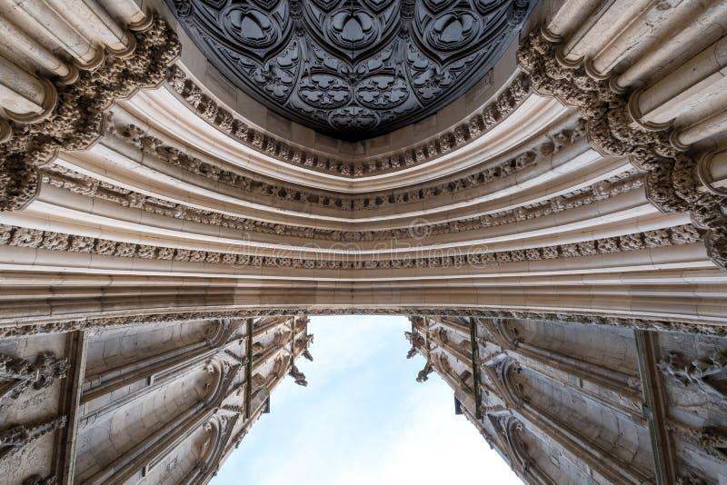 Йорк Англия Великобритания Взгляд входа к монастырской церкви Йорка, смотря вверх к небу Фото показывает детали каменного резного стоковая фотография