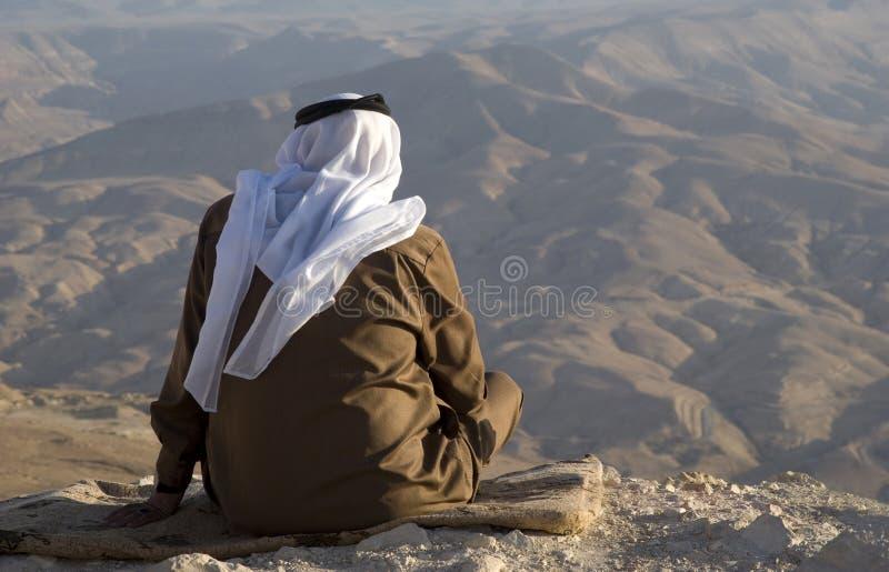 Йорданський старший человек наслаждается взглядами гор стоковая фотография rf