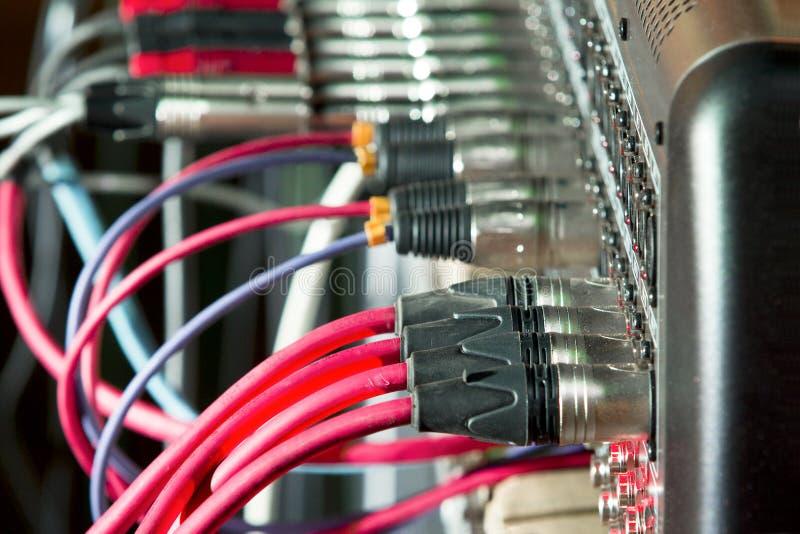 Кабели микрофона соединенные к ядровому смесителю стоковые изображения rf