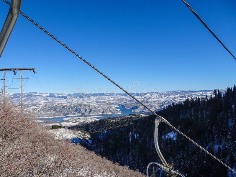 Кабели подъема стула на холме лыжи стоковые изображения