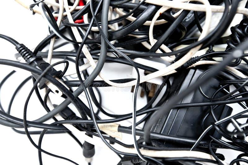 кабельные соединения запутанные вверх по проводам стоковое фото rf