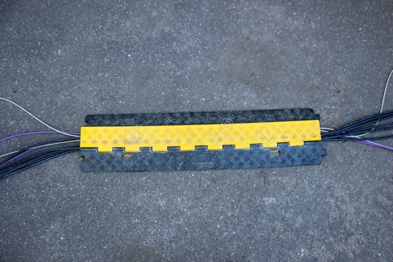Кабельный канал, пластиковый пол, связывая проволокой коробку, пластиковую на асфальте стоковое фото