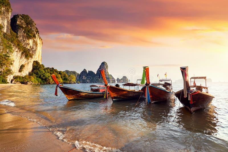 Download кабель Таиланд шлюпки длинний Стоковое Изображение - изображение насчитывающей путешествие, boated: 111150247
