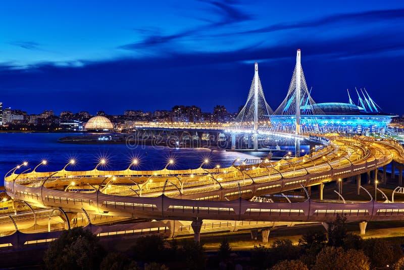 Кабел-остали мост загоренный светами ночи стоковые фотографии rf