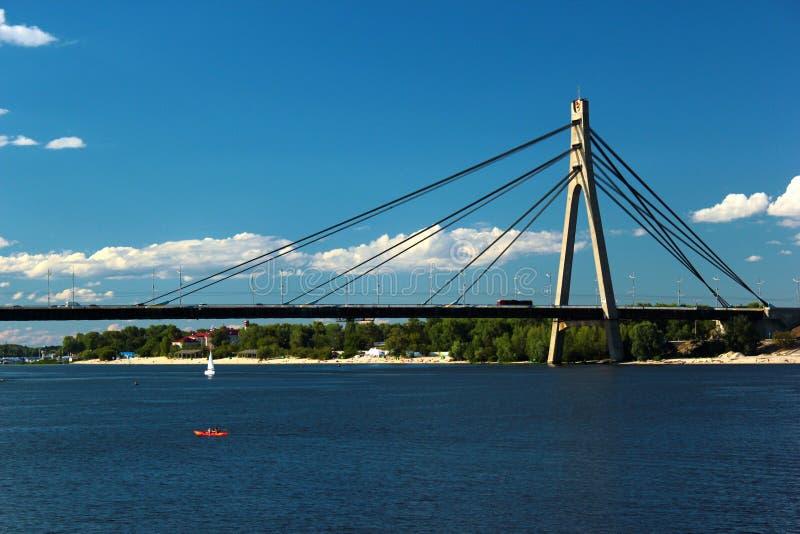 Кабел-остали мост Moskovskyi над рекой Dnieper в Киеве, Украине стоковая фотография