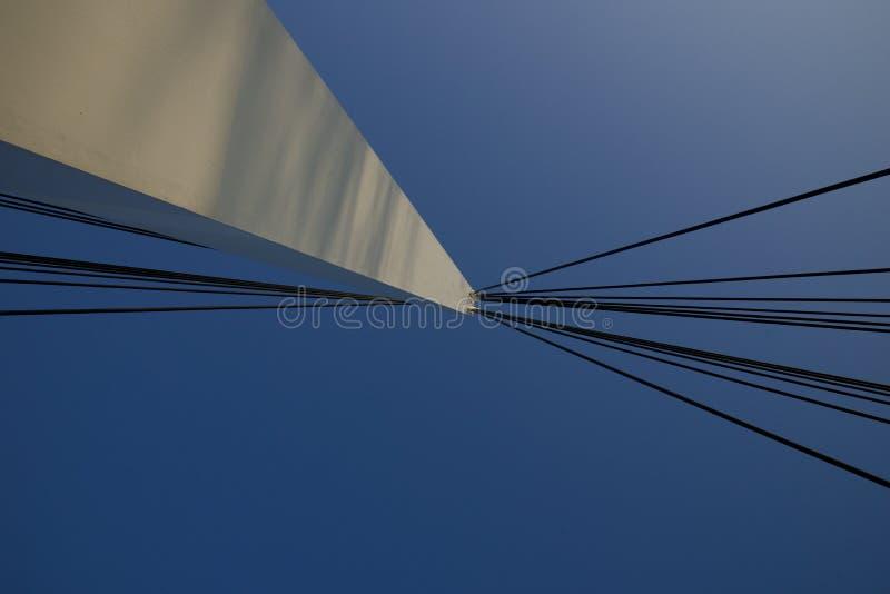 Кабели прикрепленные к опоре моста стоковая фотография rf