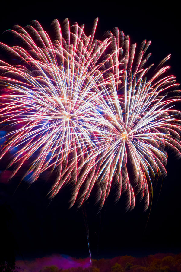 Кабели торжества фейерверков фейерверка красные голубые белые стоковое изображение