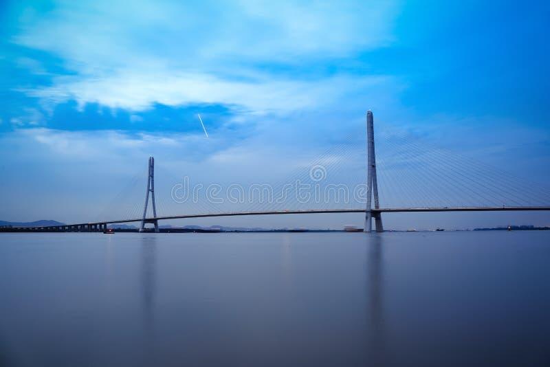 Кабель Нанкина остался мостом в наступлении ночи стоковые изображения