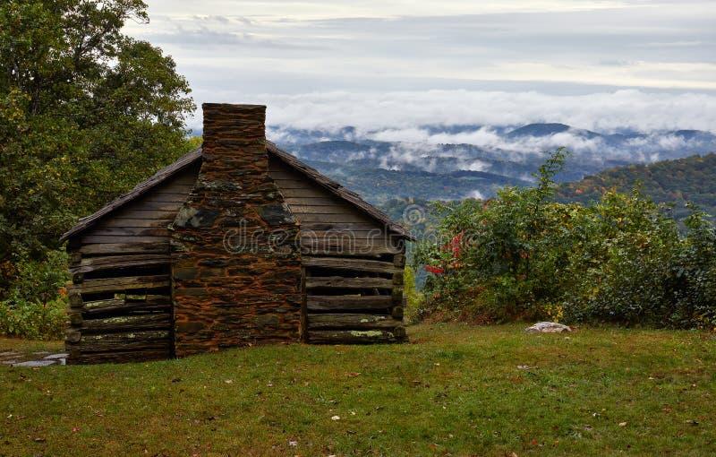 Кабина и туман в горах голубого Риджа стоковые изображения rf