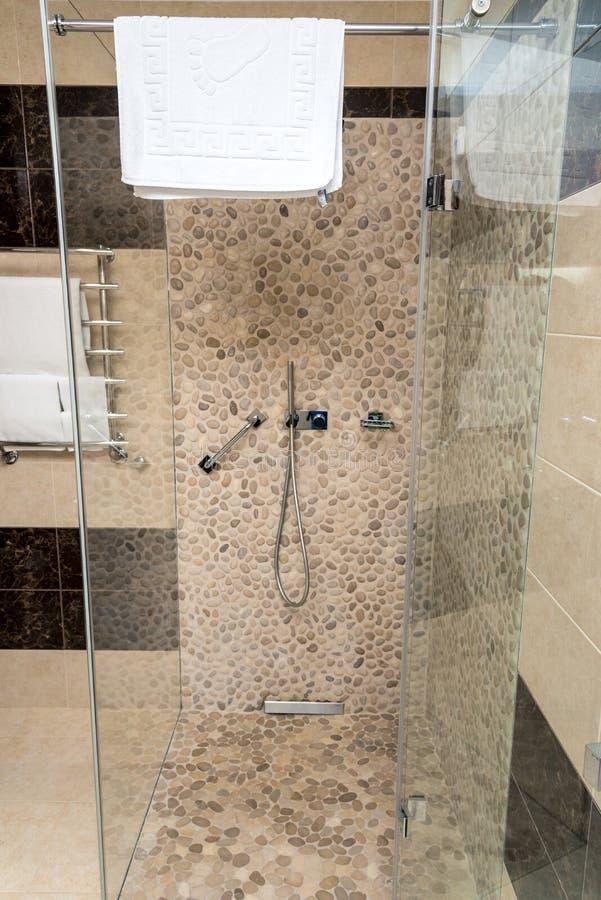 Кабина ливня с прозрачными стенами, краном и полотенцем стоковое фото rf