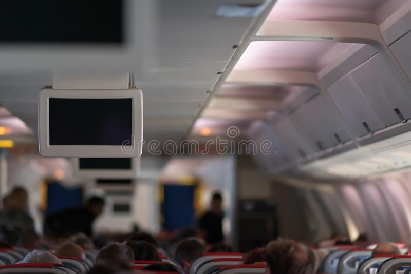 Кабина самолета вполне пассажиров во время полета стоковое изображение