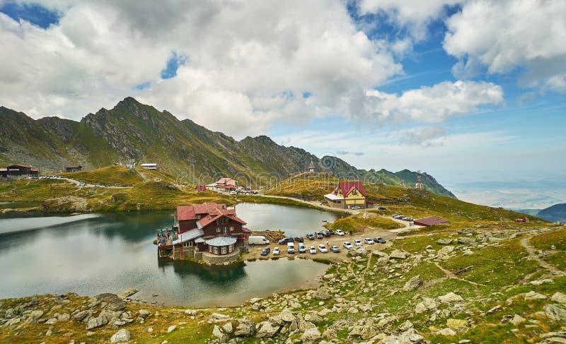Кабина Balea на озере гор стоковые фотографии rf