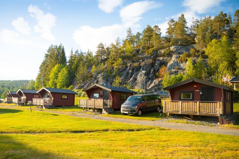 Кабины красного цвета располагаясь лагерем для путешественников в Швеции стоковая фотография