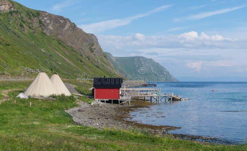 Кабины ` s рыболовов и lavvu, традиционное временное жилище Sami, северная Норвегия стоковые фотографии rf