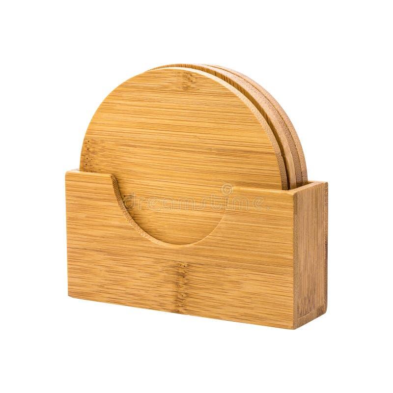 Каботажные судн напитка в деревянном держателе изолированном на белой предпосылке Деревянная пусковая площадка для положить вашу  стоковые изображения