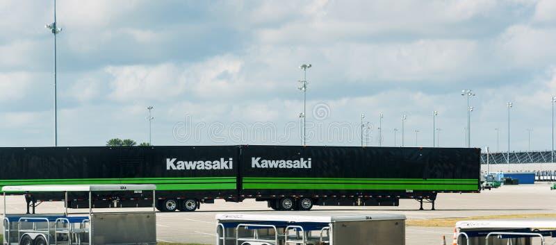 Кавасаки участвуя в гонке hauler припаркованный в скоростной дороге Daytona международной стоковая фотография