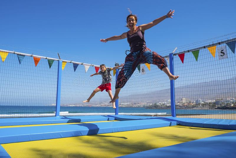 Кавказец сына матери и маленького ребенка играя и скача как чокнутый имеющ много потеху в каникулах на открытом воздухе досуг для стоковые изображения rf