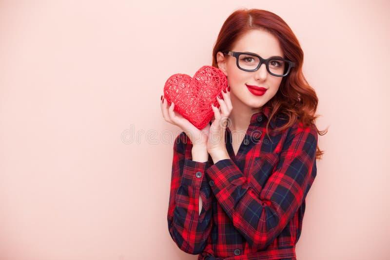 Кавказская девушка с подарком стоковые изображения rf
