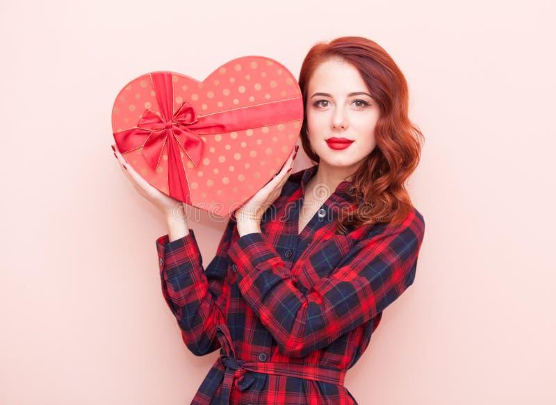 Кавказская девушка с подарочной коробкой стоковое изображение rf