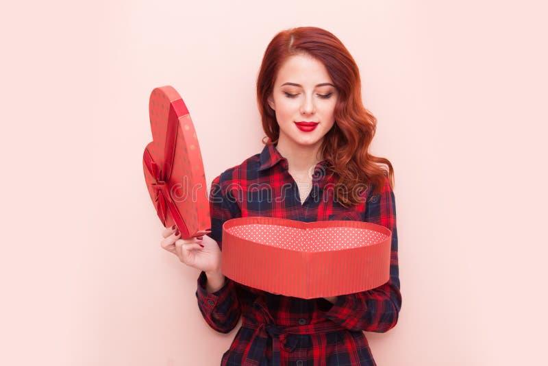 Кавказская девушка с подарочной коробкой стоковые фотографии rf