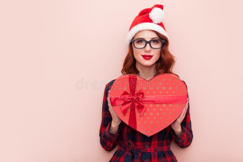 Кавказская девушка с подарочной коробкой стоковые изображения rf
