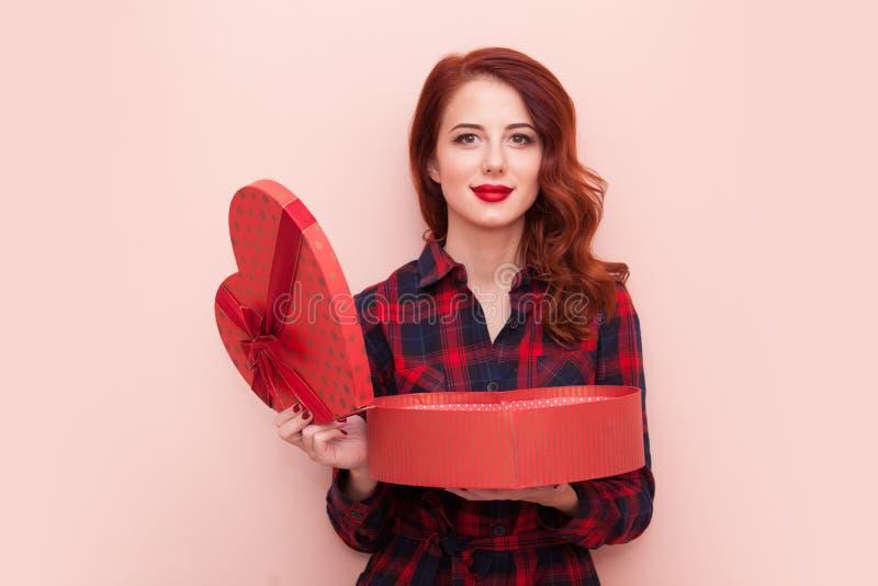 Кавказская девушка с подарочной коробкой стоковое фото rf