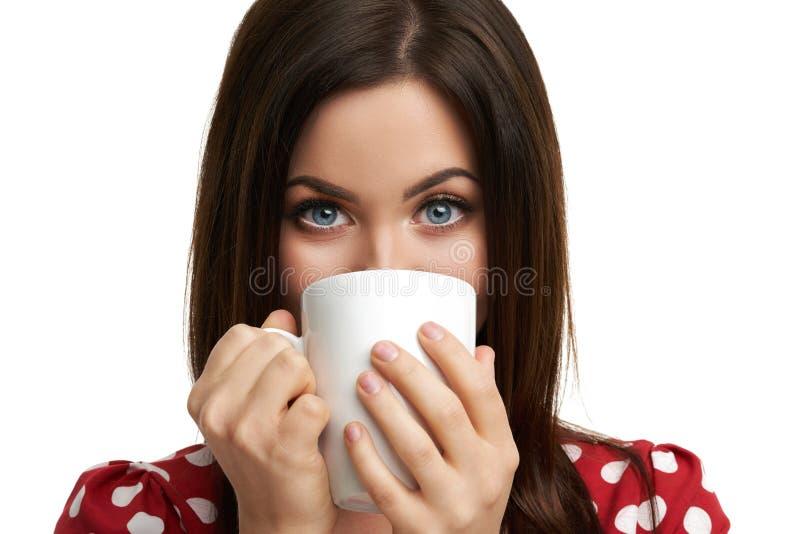 Кавказская женщина брюнета с кружкой кофе изолированной над белой предпосылкой стоковая фотография rf