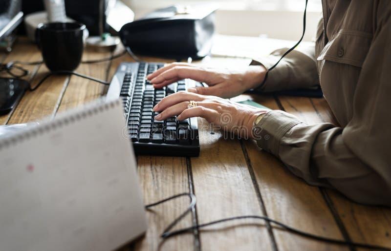 Кавказская женщина работая на компьютере стоковая фотография