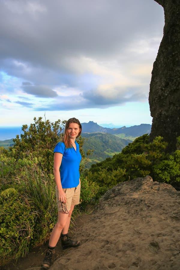 Кавказская женщина hiker на верхней части держателя Manaia, NZ стоковая фотография