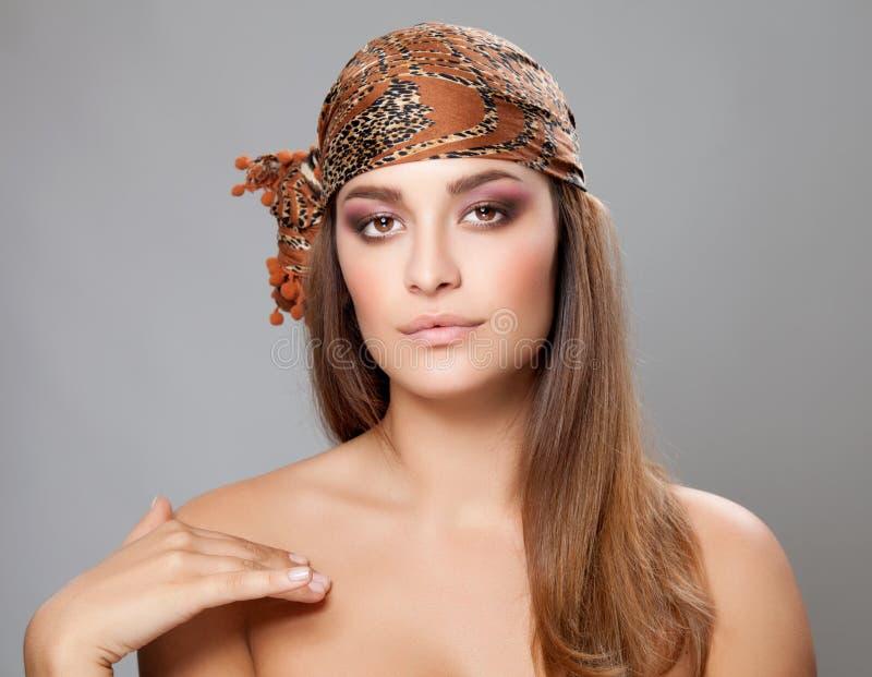 Кавказская красота нося головной платок стоковые фото