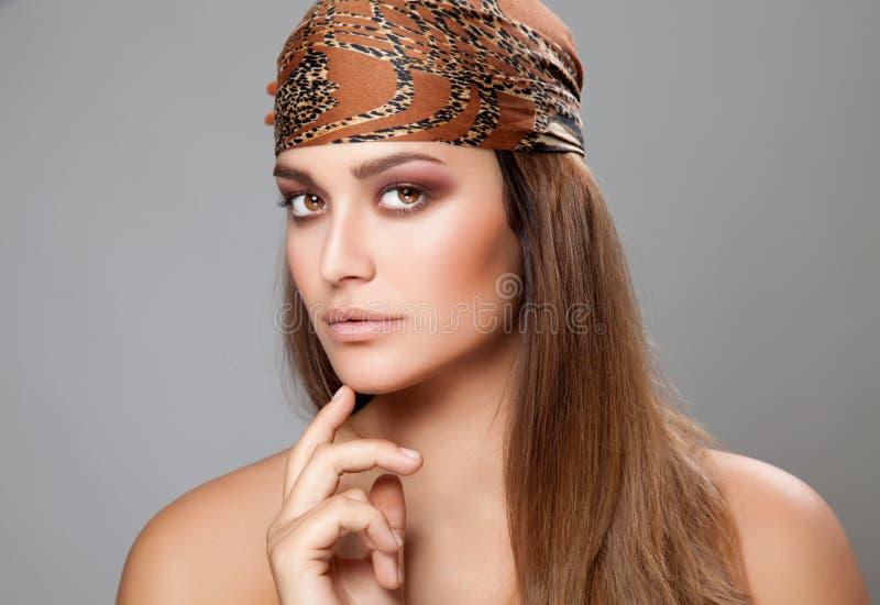 Кавказская красота нося головной платок стоковое фото rf