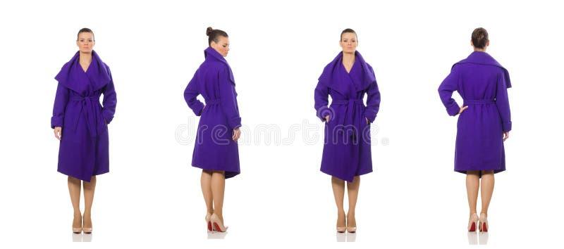 Кавказская модель в пурпурном пальто изолированном на белизне стоковое изображение