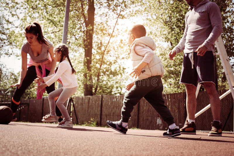 Кавказская семья играя баскетбол совместно стоковая фотография