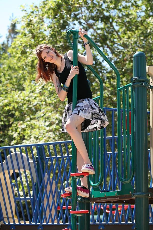 кавказские взбираясь детеныши спортивной площадки девушки предназначенные для подростков стоковые фото