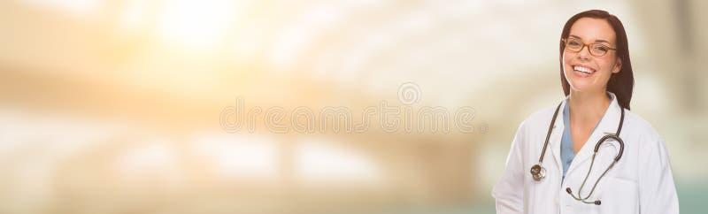 Кавказские женские доктор, медсестра или аптекарь с комнатой для текста стоковое изображение rf