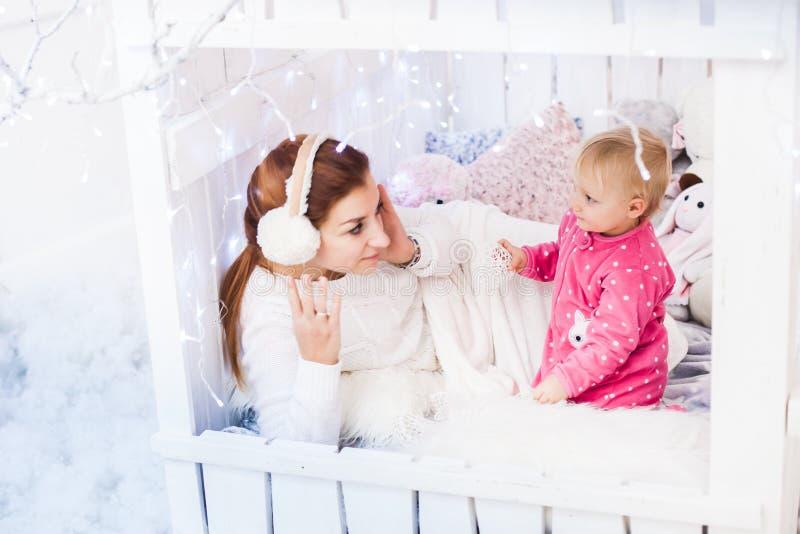 Кавказские мать и дочь в ` s детей временно проживают стоковые изображения