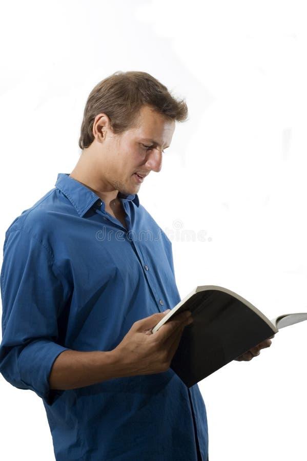 кавказские мыжские детеныши чтения стоковая фотография rf